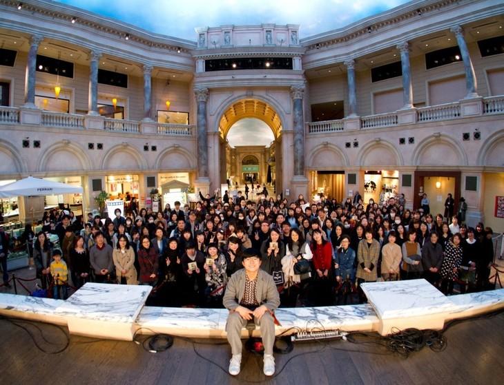 ヴィーナスフォート 教会広場で行われた、さかいゆう「4YU」発売記念イベントの様子。
