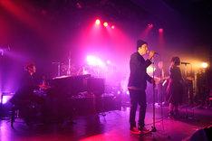 「Pretenders」を歌うmicaとGemie。(写真提供:SME Records)