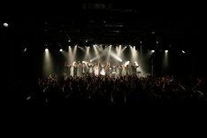 アンコール後、オーディエンスに挨拶する全出演者。(写真提供:SME Records)