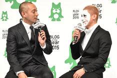 """""""白塗りトーク""""に話をはずませる市川海老蔵(左)と樽美酒研二(右)。"""