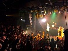 """2月7日に東京・Gladで行われた「""""特別課外授業""""×Glad 6th Anniversary」出演時のサ上と中江。(写真提供:avex trax)"""