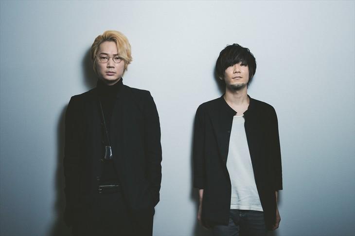 左から綾野剛、TK。(撮影:河本悠貴)