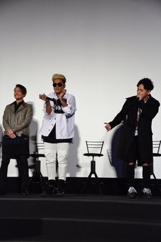 山下健二郎(右)のボイスパーカッションに乗せて踊るELLY(中央)。