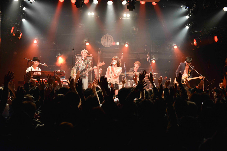 """「Rihwa's TOUR 2016 """"TODAY MAKES TOMORROW""""」初日公演の様子。"""