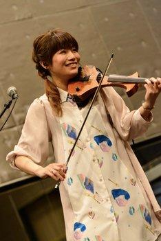 東出真緒(Violin)(Photo by AZUSA TAKADA)