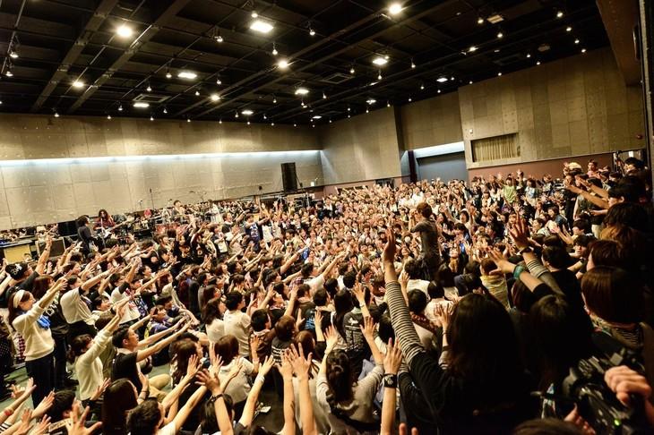 フロアでオーディエンスに囲まれて歌う金井政人(Vo, G)。(Photo by AZUSA TAKADA)