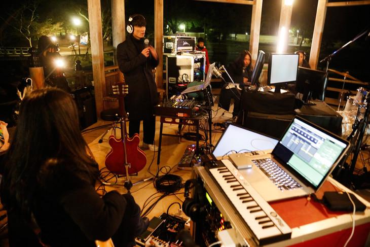 奈良・奈良公園浮見堂で行われた「SEED」劇中音楽レコーディングの様子。(Photo by LESLIE KEE)