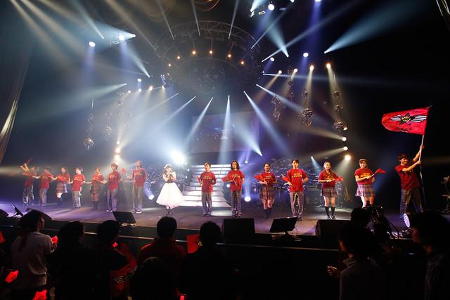 客席からステージへと歩を進め「無窮なり趣味者集団」を歌う上坂すみれ。(写真提供:キングレコード)