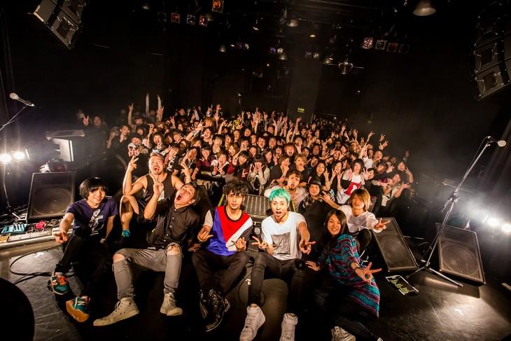 """観客を交えて記念撮影をするNOISEMAKERとHello Sleepwalkers。(Photo by Takashi""""TAKA""""Konuma)"""