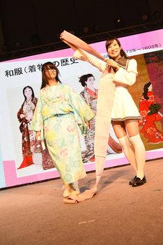 南千紗登による着物の着付け実演の様子。
