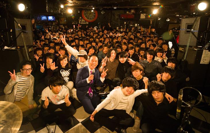 「Shout it Out ミニアルバム『Teenage』リリース記念イベント『僕たちが唄う今のこと~若者共宴編~』」終演後の記念撮影。(撮影:オチアイユカ)