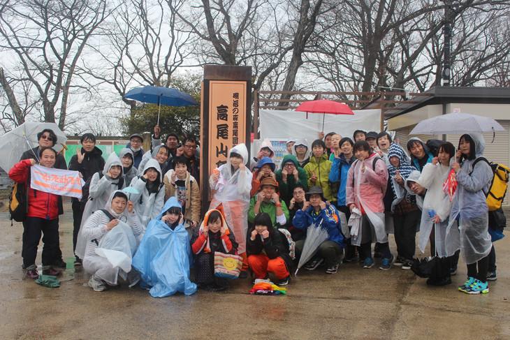 高尾山の山頂で参加者と記念撮影をするちーぼう(中央)。(写真提供:YOU'LL RECORDS)