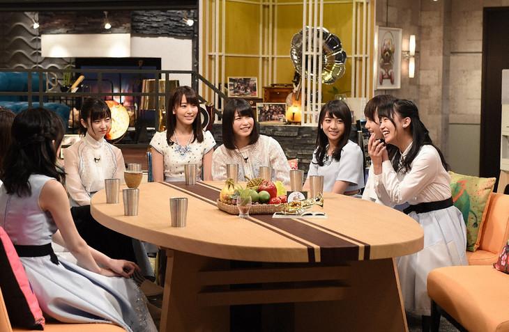 トーク中のAKB48。 (c)TBS