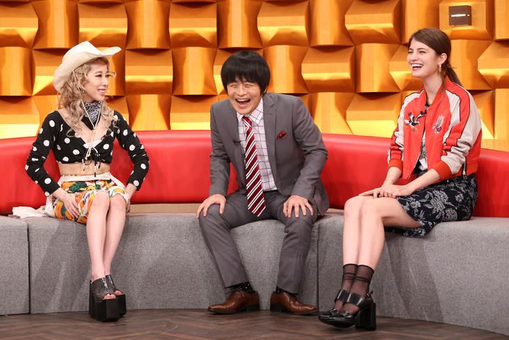 左より加藤ミリヤ、バカリズム、マギー。 (c)日本テレビ