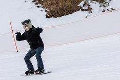 スノーボードを楽しむTokyo Tanaka(Vo)。(Photo by Daisuke Sakai[FYD inc.])