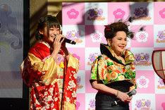 左から茜屋日海夏(i☆Ris)、デヴィ夫人。