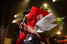 ファンから花束を受け取る南波志帆。