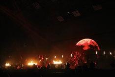 the GazettE「LIVE TOUR 15-16 DOGMATIC FINAL『漆黒』」の様子。 (Photo by HIROE YAMAUCHI)