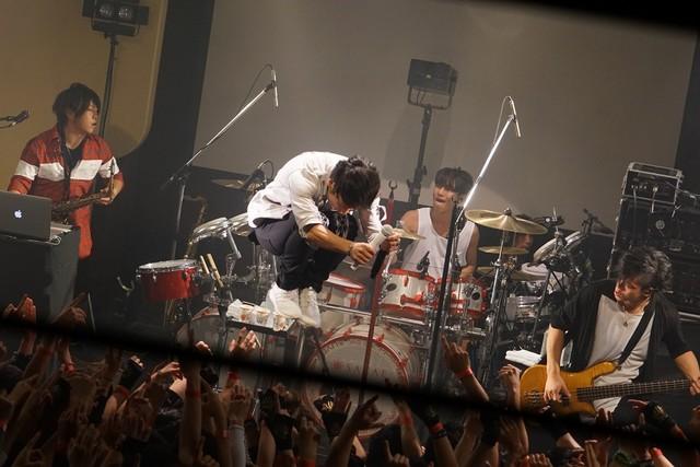 3月5日に行われたUVERworldの渋谷duo MUSIC EXCHANGE公演の様子。