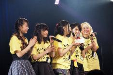 渡邊璃生(中央)の誕生日を祝うメンバー。(写真提供:南麻布ラボ株式会社)