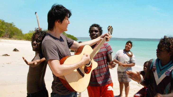 オーストラリアでヨルング族と交流する福山雅治。(写真提供:NHK)
