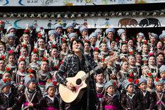 中国でトン族の合唱とコラボレーションする福山雅治。(写真提供:NHK)