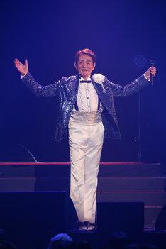 ささきいさお「デビュー55周年記念スペシャルライブ・アンコール」の様子。(写真提供:日本コロムビア)
