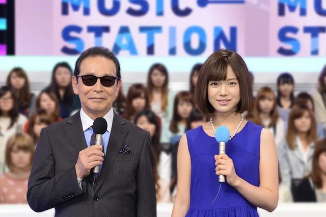 「ミュージックステーション」司会のタモリ(左)と弘中綾香アナウンサー(右)。
