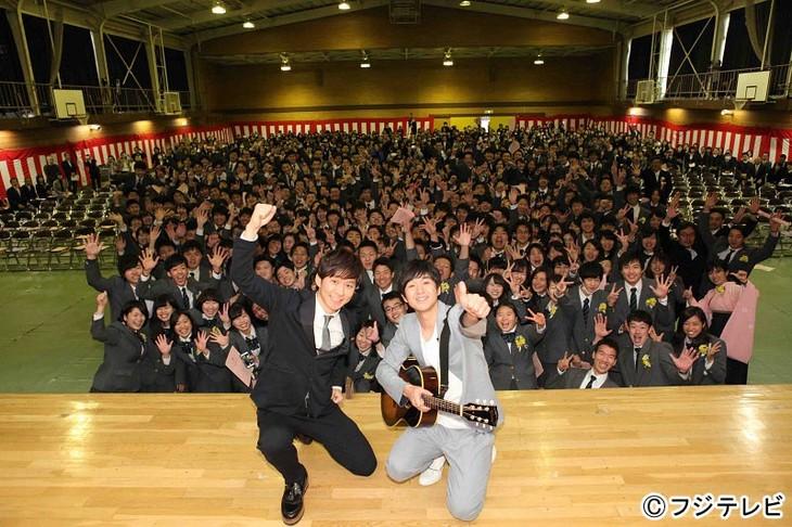 日野高校の卒業式にサプライズ出演した渡部建(左)と藤巻亮太(右)。 (c)フジテレビ