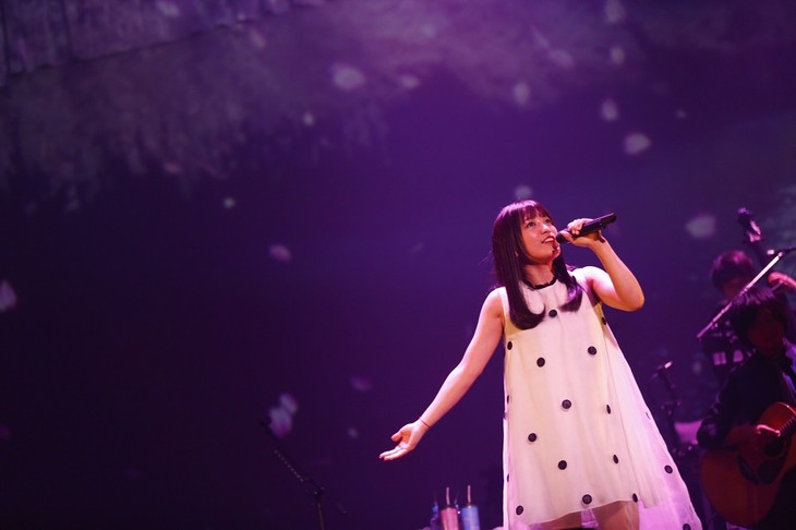 "miwa「miwa ""ballad collection"" tour 2016 ~graduation~」東京・日本武道館公演の様子。(撮影:佐藤薫)"