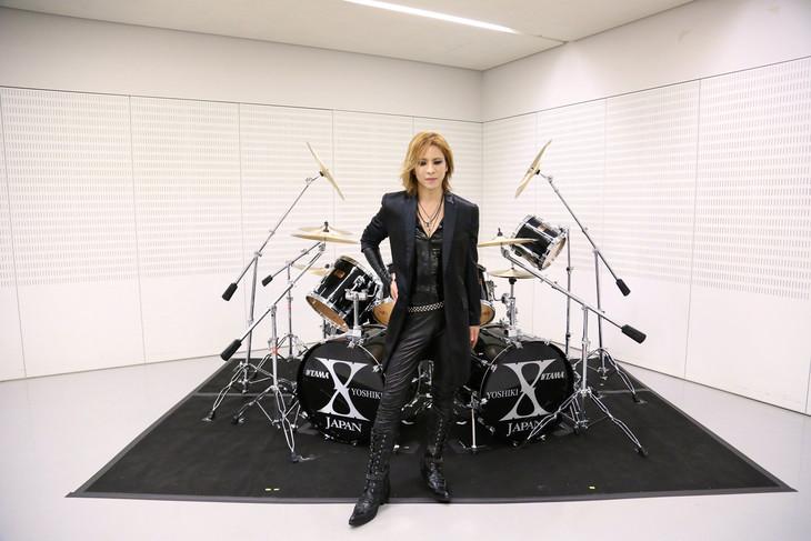 YOSHIKIとチャリティオークションに出品されるドラムセット。