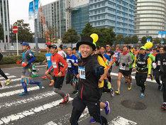 「横浜マラソン2016」に出場する山田義孝(Vo)。(提供:ポニーキャニオン)