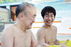 「昼のセント酒」初回のワンシーン。左より温水洋一、戸次重幸。 (c)テレビ東京