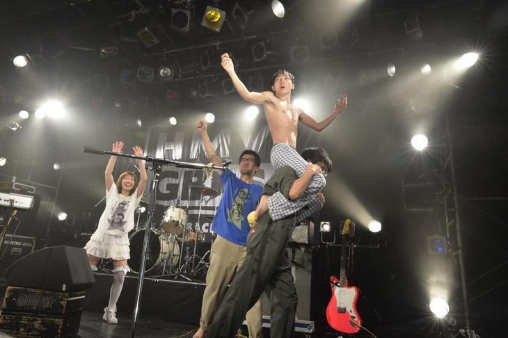 ライブ終了後、足をつったの子(Vo, G)を肩車で運び出すちばぎん(B)。(撮影:佐藤哲郎)