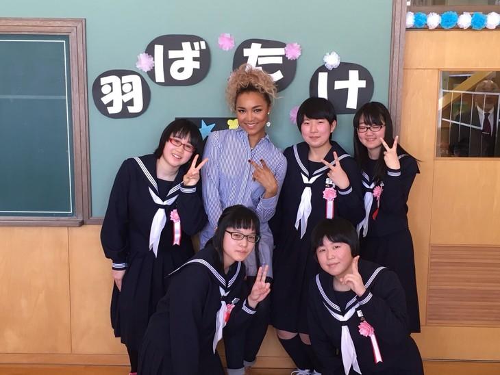 Crystal Kayと上美生中学校の卒業生たち。