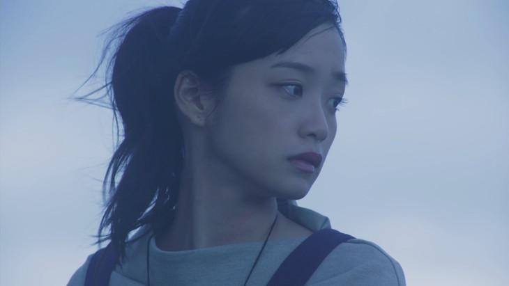 乃木坂46「強がる蕾」のミュージックビデオのワンシーン。