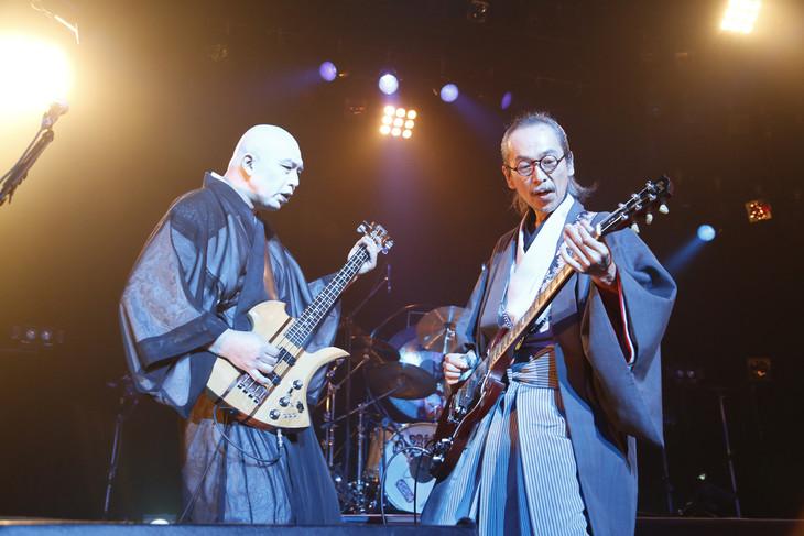 左から鈴木研一(B,Vo)、和嶋慎治(G, Vo)。(撮影:ほりたよしか)