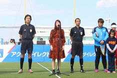 「さいたま市ノーマライゼーションカップ2016」で国家を独唱する松尾レミ(中央)。