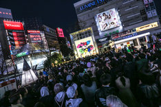 東京・新宿ステーションスクエアでのフリーライブの様子。(撮影:笹森健一)