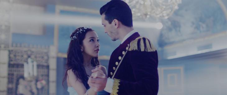 板野友美「HIDE & SEEK」ミュージックビデオのワンシーン。