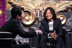 左から有吉弘行、光永亮太。 (c)日本テレビ