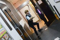 入室前にポーズを決める島田翼。