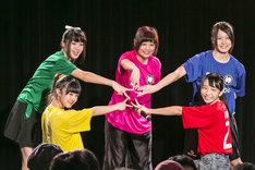 神宿定期公演「神が宿る場所~神宿×FOOTBALL~」の様子。(撮影:藤巻祐介)