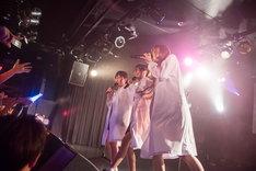 京佳(左)、荻野可鈴(中央)、山田朱莉(右)による「ショコラ・ラブ」歌唱の様子。(撮影:稲垣謙一)