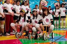 三輪車競争に挑む恵比寿マスカッツ。左からさくらゆら、天使もえ、石岡真衣。(c)EBISU★MUSCATS PROJECT