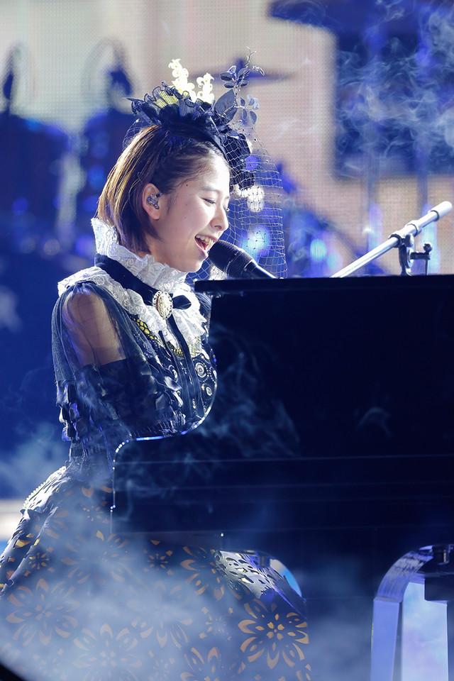 4月2日公演での玉井詩織のソロパフォーマンスの様子。(Photo by HAJIME KAMIIISAKA+Z)