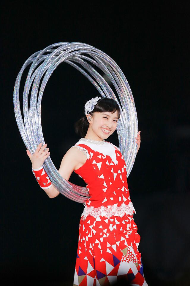 4月3日公演での百田夏菜子ソロパフォーマンスの様子。(Photo by HAJIME KAMIIISAKA+Z)