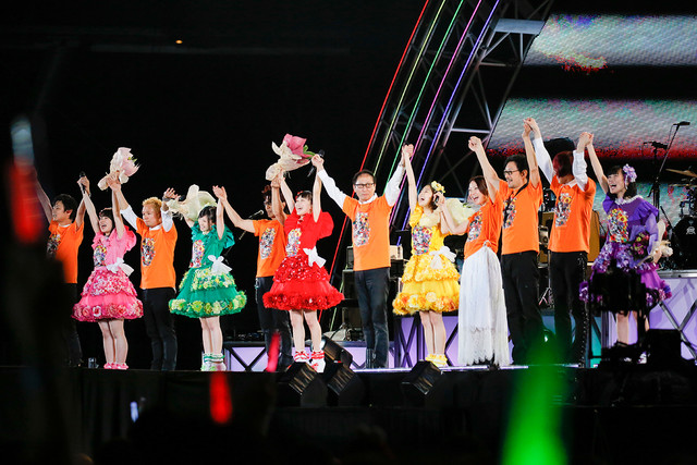エンディング時のももいろクローバーZとダウンタウンももクロバンド。(Photo by HAJIME KAMIIISAKA+Z)