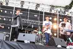 キュウソネコカミのステージで「NEKOSAMA」を歌唱するGEN(B, Vo / 04 Limited Sazabys)。(Photo by Viola Kam[V'z Twinkle Photography])