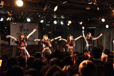 東京女子流、小林れい(夢みるアドレセンス)による「ゆうやけハナビ」歌唱の様子。